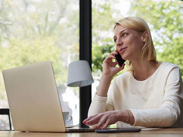 Fernbeziehungen - Frau am Telefon